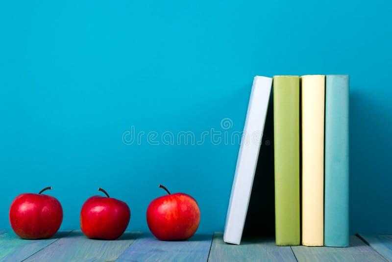 Rangée des livres colorés, fond bleu sale, l'espace d'exemplaire gratuit photographie stock libre de droits