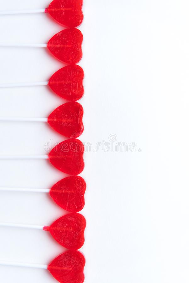 Rangée des lucettes rouges en forme de coeur sur le fond blanc images libres de droits