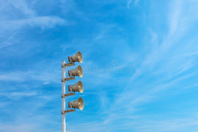 Rangée des mégaphones extérieurs photo libre de droits
