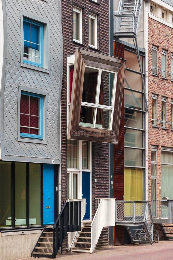 Rangée des maisons contemporaines néerlandaises de canal à Amsterdam images stock