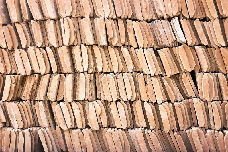 Rangée des modèles bruns texture ou fond de tuiles de toit d'argile photos stock
