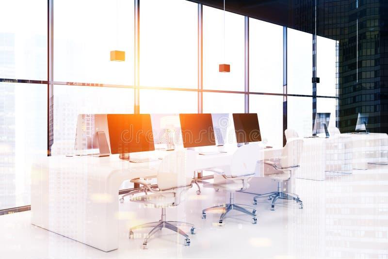Rangée des ordinateurs avec les écrans vides modifiés la tonalité illustration stock