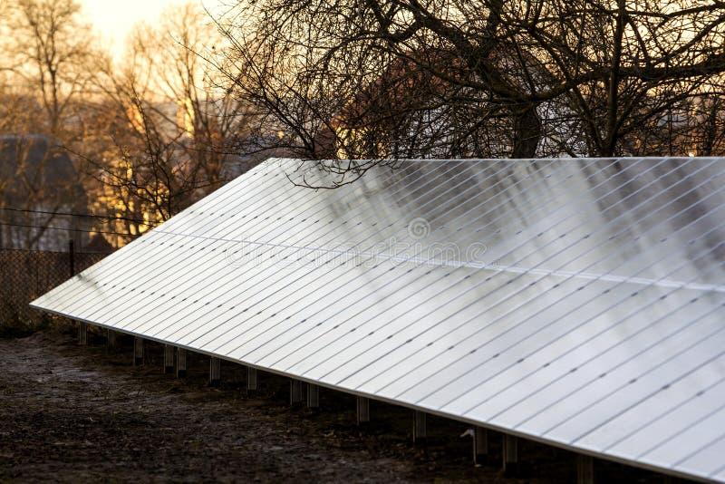 Rangée des panneaux solaires électriques pour produire l'électricité photos libres de droits