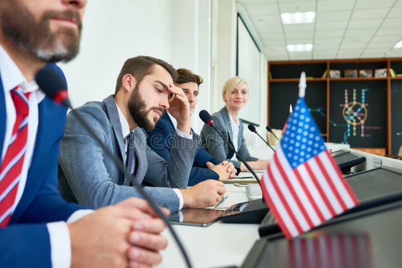 Rangée des politiciens dans la conférence de presse photo stock