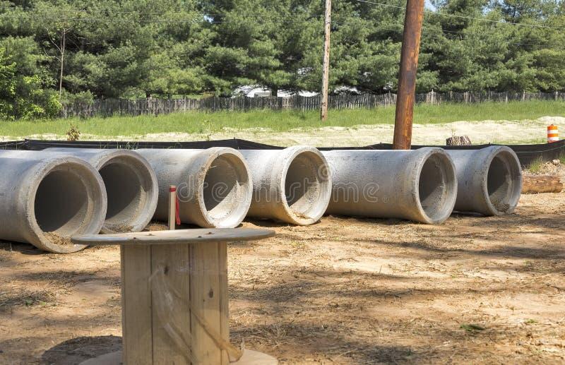 Rangée des ponceaux en béton de drainage images libres de droits