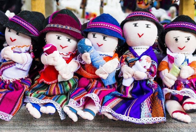 Rangée des poupées de chiffon dans des vêtements traditionnels, Equateur photographie stock