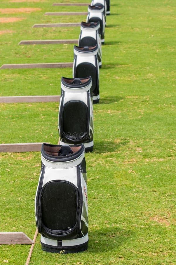 Rangée des sacs de golf de Taylormade extérieurs par temps pluvieux chez Saadiyat photographie stock libre de droits