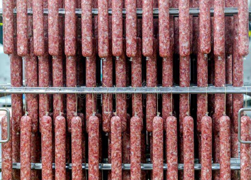 Rangée des saucisses à une usine de viande photo stock