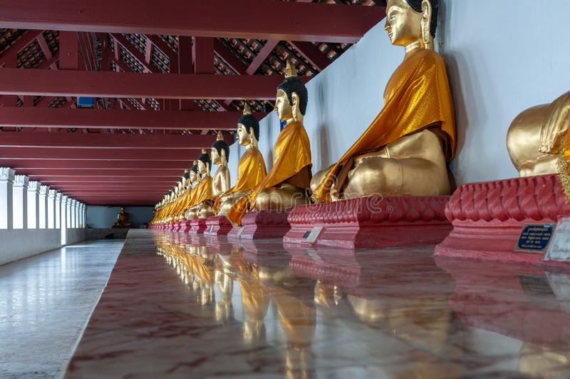Rangée des sculptures en Bouddha dans un couloir de temple images stock