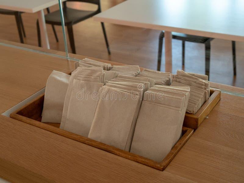 Rangée des serviettes et des serviettes de papier sur l'affichage dans un cafétéria image libre de droits