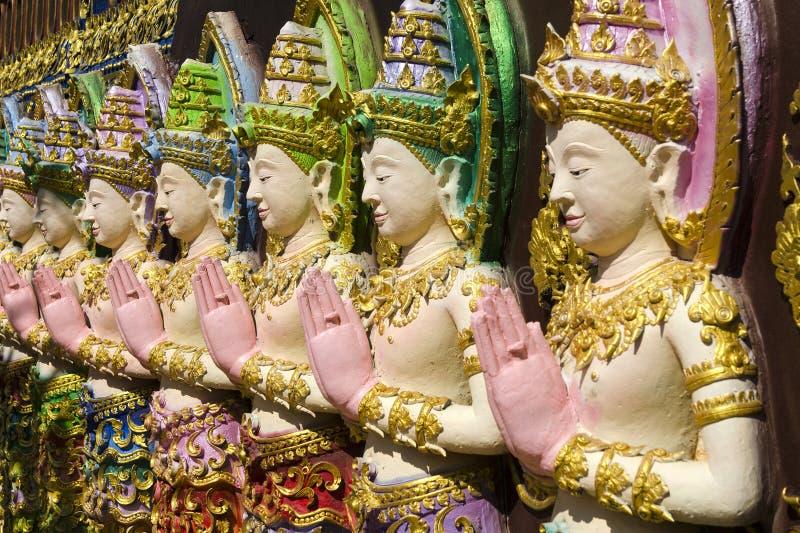 Rangée des statues d'ange photographie stock