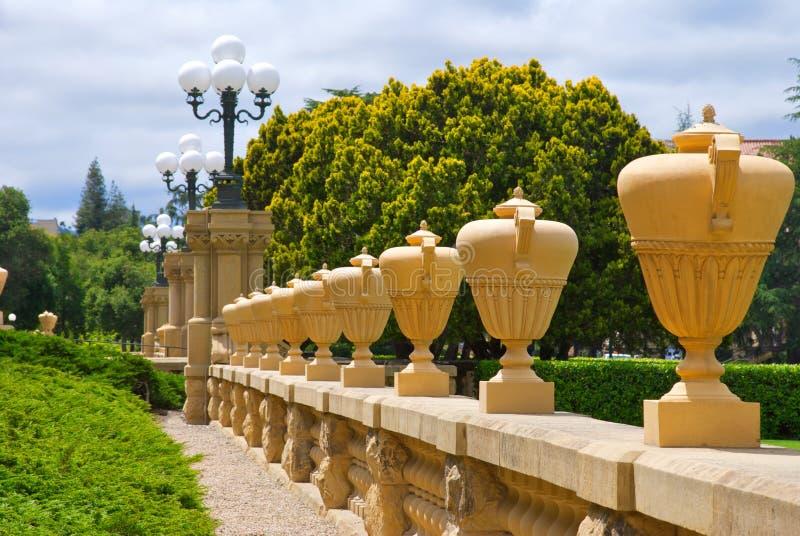 Rangée des urnes grandes chez Stanford University photos stock