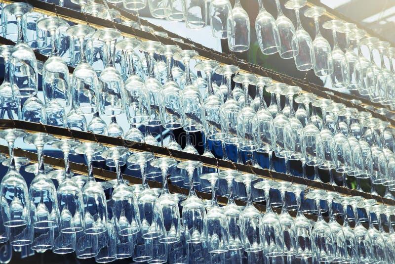 Rangée des verres à vin vides dans le restaurant, modèle léger de fond photo libre de droits