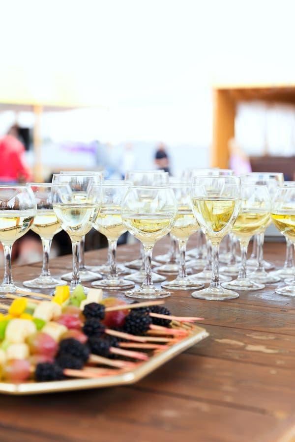 Rangée des verres de champagne de partie images stock