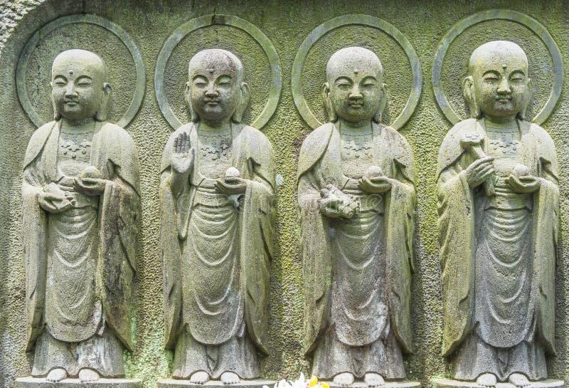 Rangée en gros plan des statues en pierre de Bodhisattva de Jizo à Kamakura, Japon photographie stock