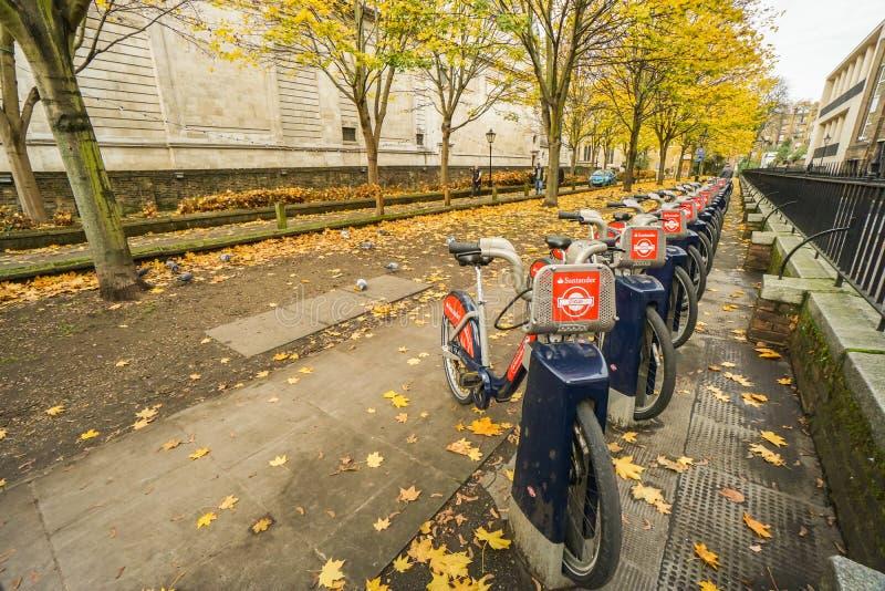 Rangée favorable à l'environnement de vélo de Santander au parc de Londres pour la location et l'exercice en automne photo stock