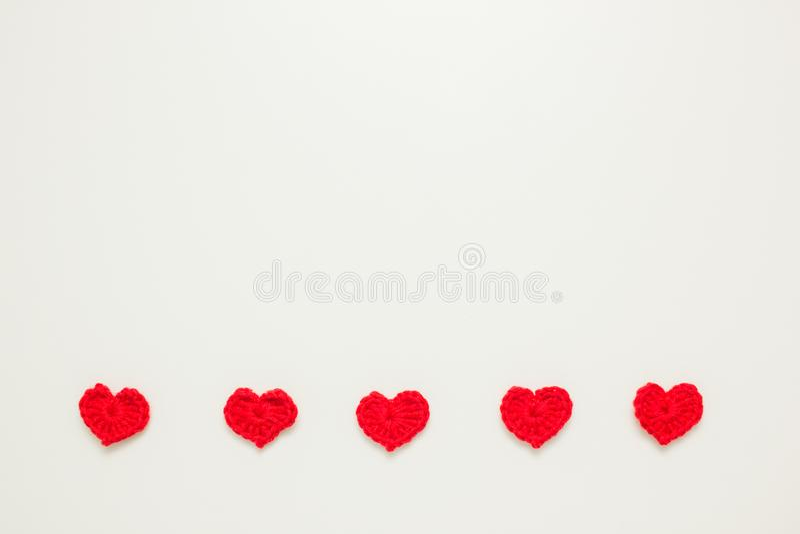 Rangée horizontale des coeurs tricotés par rouge photographie stock libre de droits