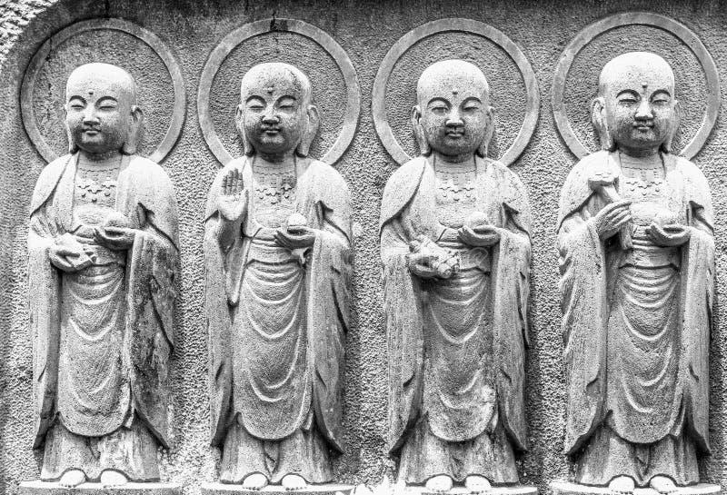 Rangée noire et blanche et en gros plan des statues en pierre de Bodhisattva de Jizo dans le temple de Hase-dera photo stock