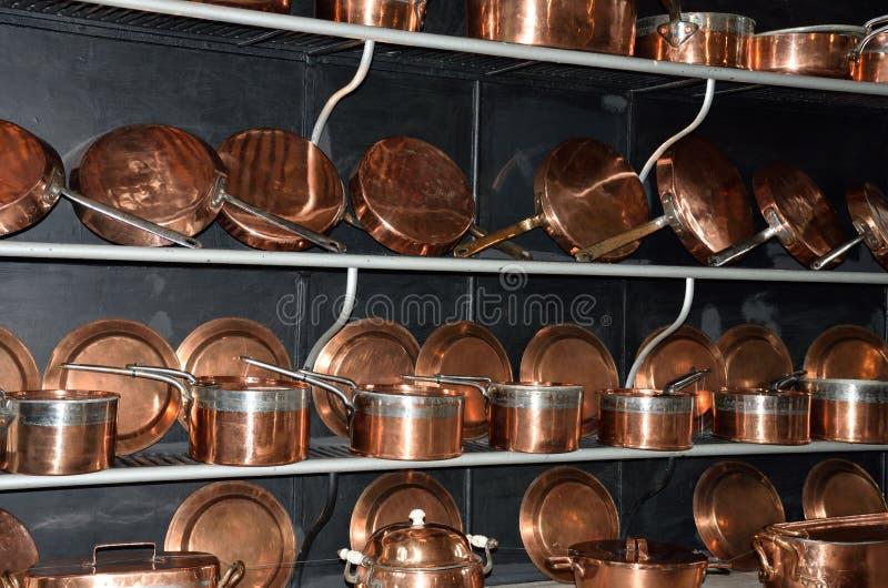 Rangées d'antiquité faisant cuire des pots image libre de droits