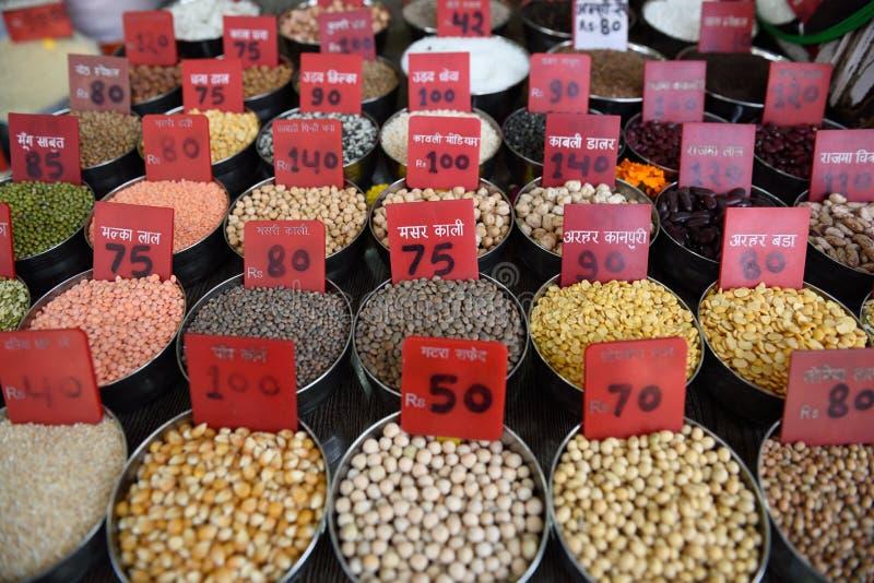 Rangées d'Indien traditionnel frais Dals, légumineuses, lentilles, haricots sur le marché d'épice de Khari Baoli image stock