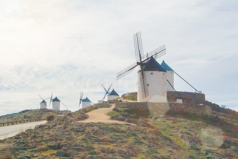 Rangées de vieux moulins à vent traditionnels blancs sur la colline près de Consueg photos stock