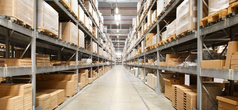 Rangées des étagères avec des boîtes photographie stock libre de droits