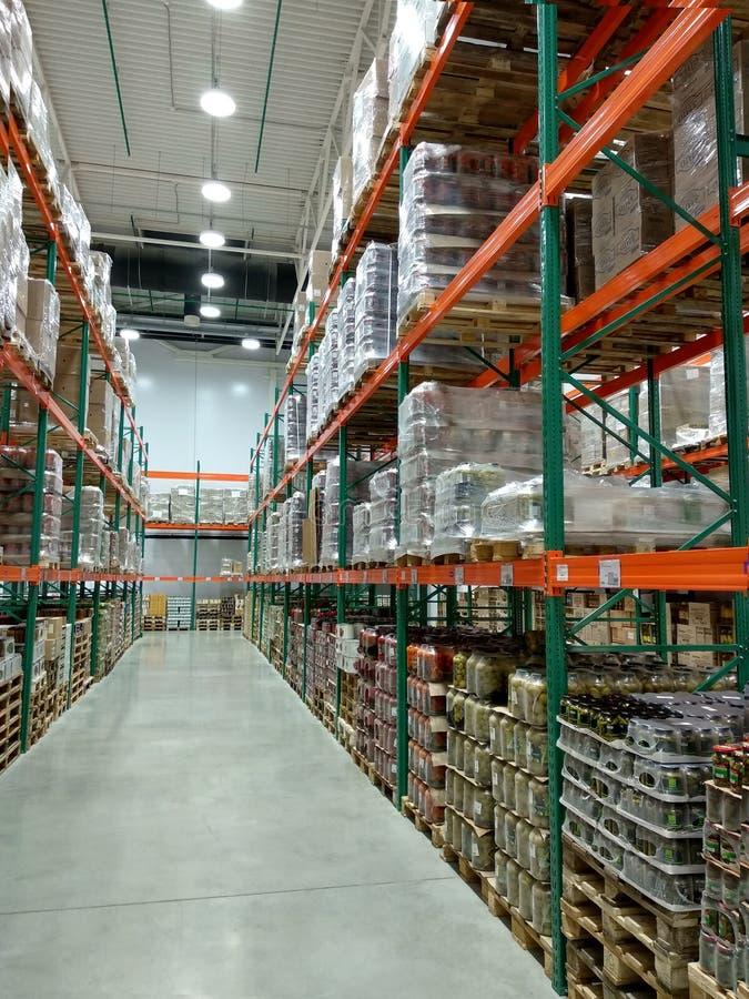 Rangées des étagères avec des marchandises dans un grand magasin photo stock
