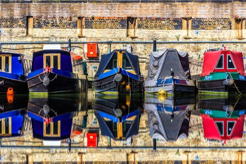 Rangées des bateaux-maison photo stock