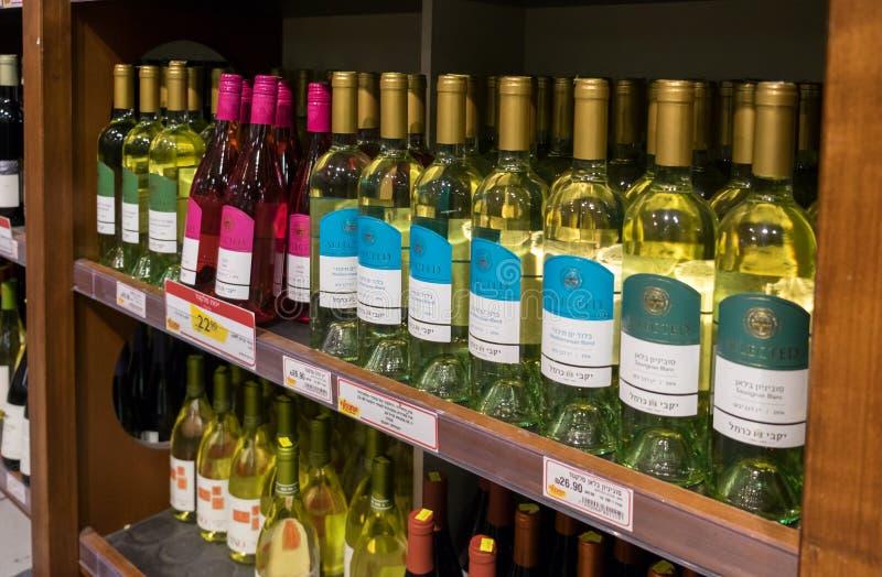 Rangées des bouteilles de vin israéliennes à vendre sur l'étagère au supermark de nourriture photos libres de droits
