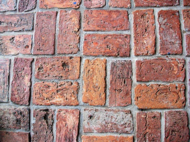 Rangées des briques usées dans le modèle distinct image stock