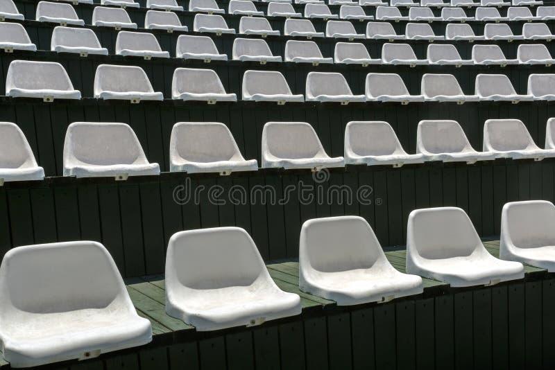 Rangées des chaises blanches vides dans le hall ouvert d'été pour le divertissement photos libres de droits