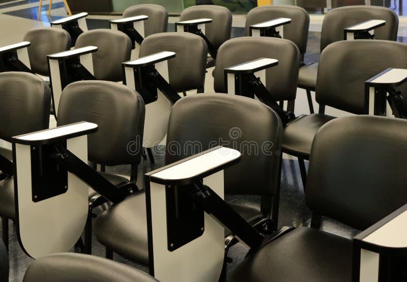 Rangées des chaises de conférence photo stock