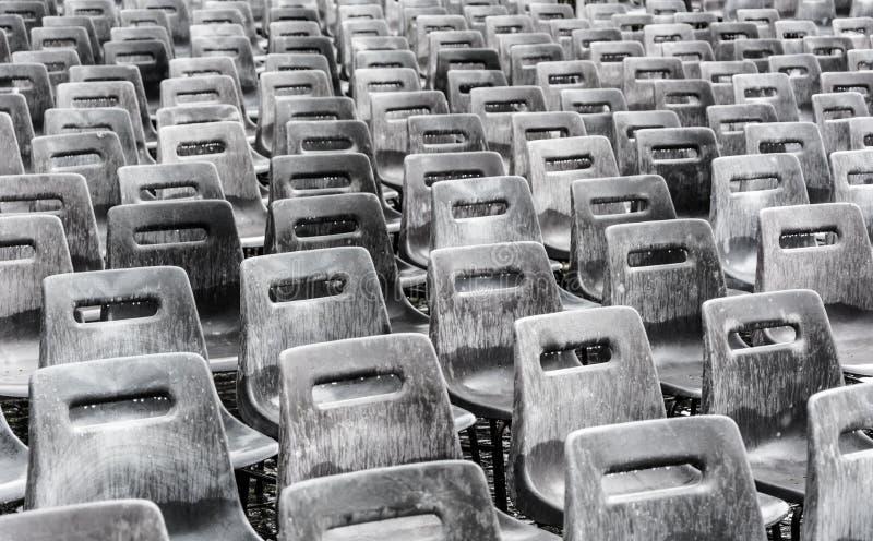 Rangées des chaises grises vides sous la pluie photos libres de droits
