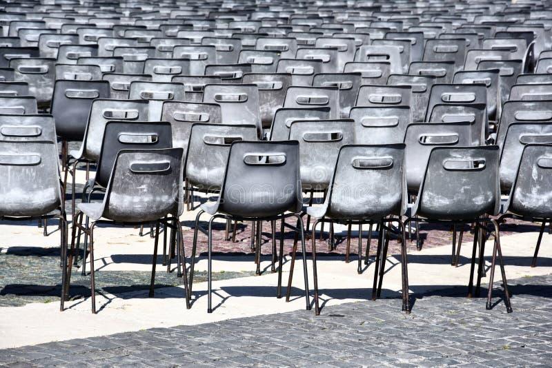 Rang?es des chaises sur la place de St Peter ? Rome photo libre de droits