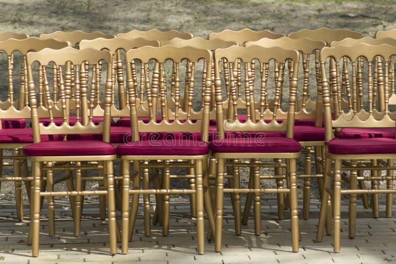 Rangées des chaises vides sans assistance Rétros chaises de style photo libre de droits