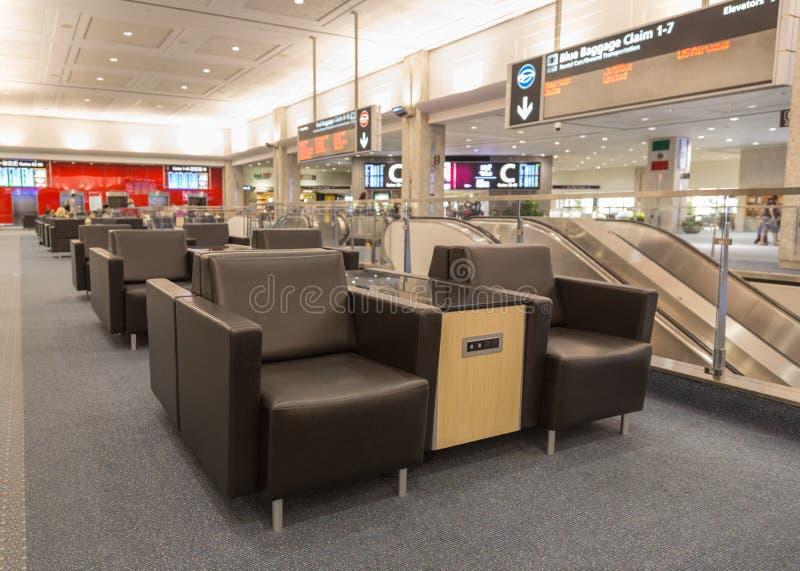 Rangées des données modernes d'aéroport rechargeant des stations photo libre de droits