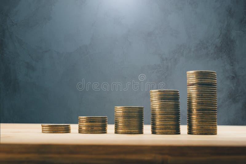Rangées des finances de pièces de monnaie et de concept de fond d'opérations bancaires images libres de droits