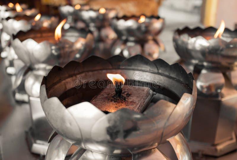Rangées des lampes à pétrole spirituelles dans le temple photo libre de droits