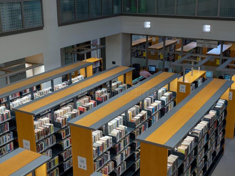 Rangées des livres parmi les piles dans l'emplacement de San Francisco Public Library Civic Center photos stock
