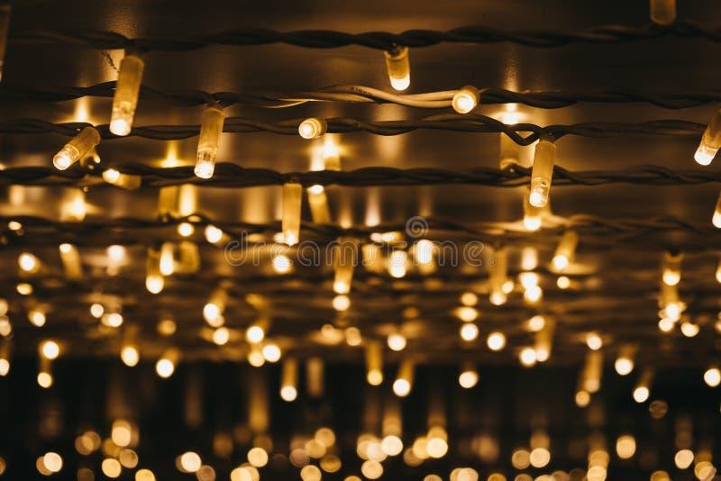 Rangées des lumières de Noël la nuit, foyer sélectif photos stock