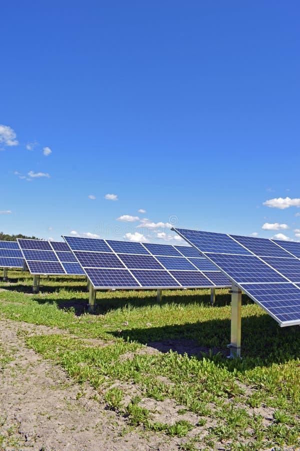 Rangées des panneaux solaires photo libre de droits