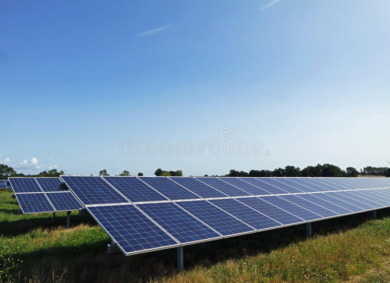 Rangées des panneaux solaires de picovolte photo stock