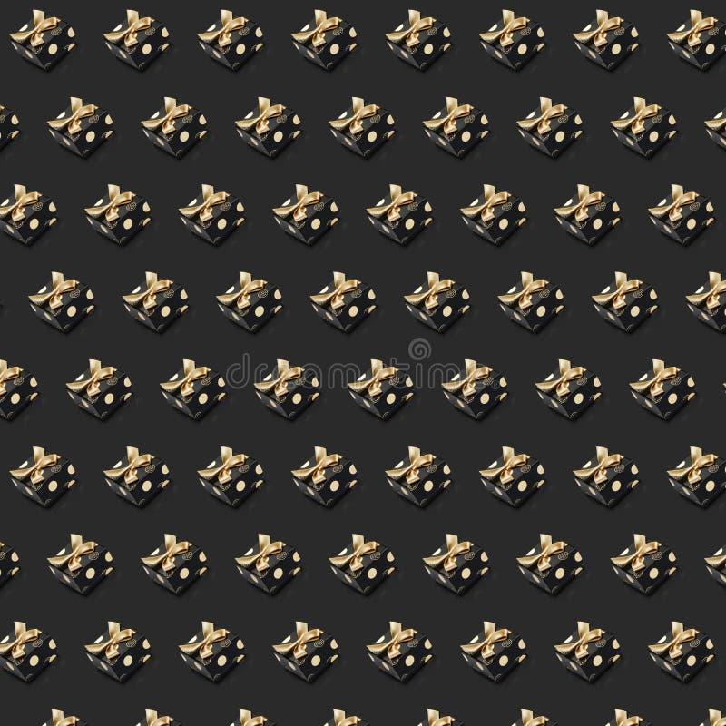 Rangées des rubans attachés de petite taille d'or de boîtes actuelles noires sur le fond gris illustration libre de droits