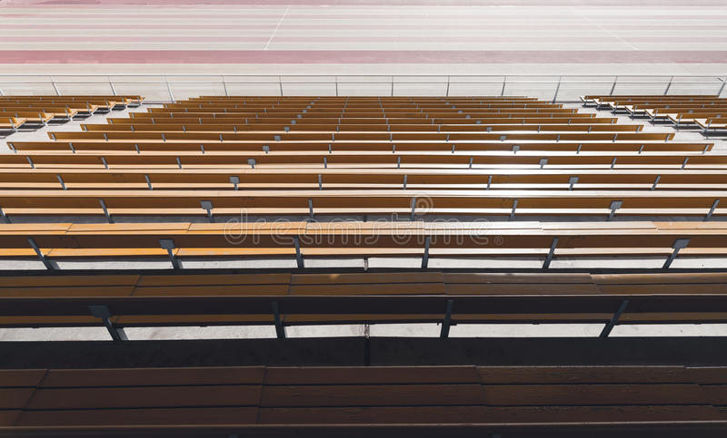 Rangées des sièges jaunes en bois de stade image libre de droits