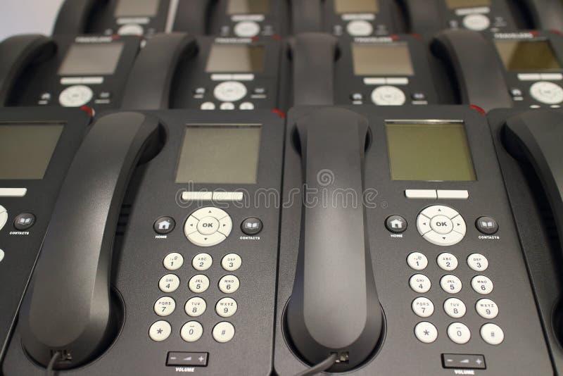 Rangées des téléphones d'IP de bureau photos libres de droits