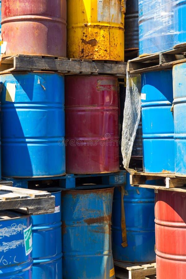 Rangées des tonneaux à huile empilés photographie stock libre de droits