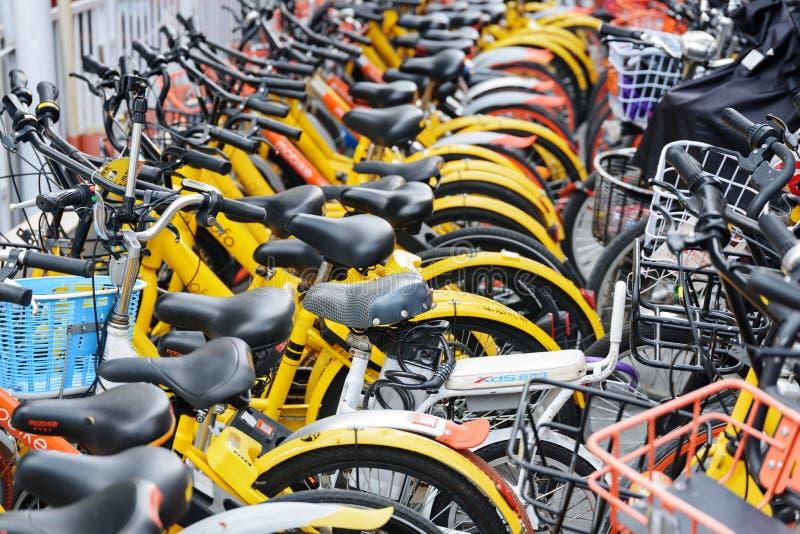 Rangées des vélos de location publics, Chine Bicyclette-partager le syst?me photo stock