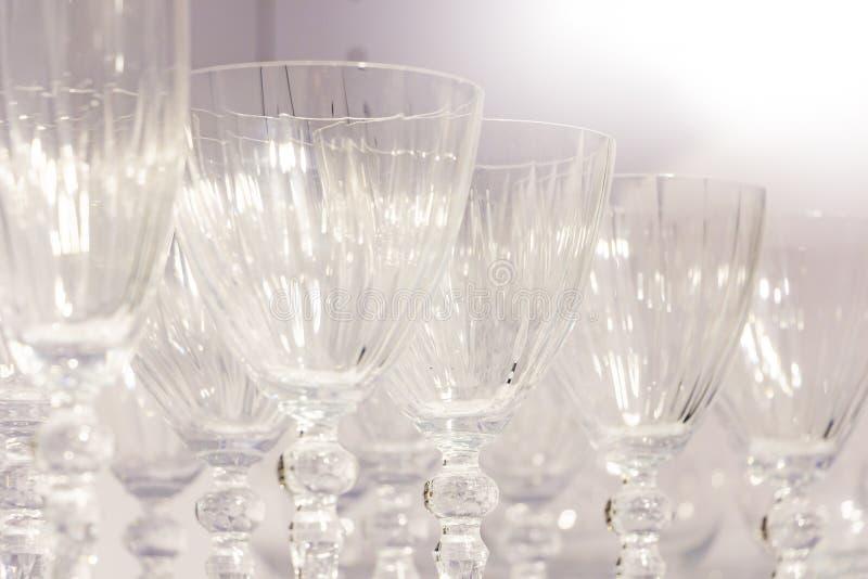 Rangées des verres de vin en verre pour des boissons photographie stock