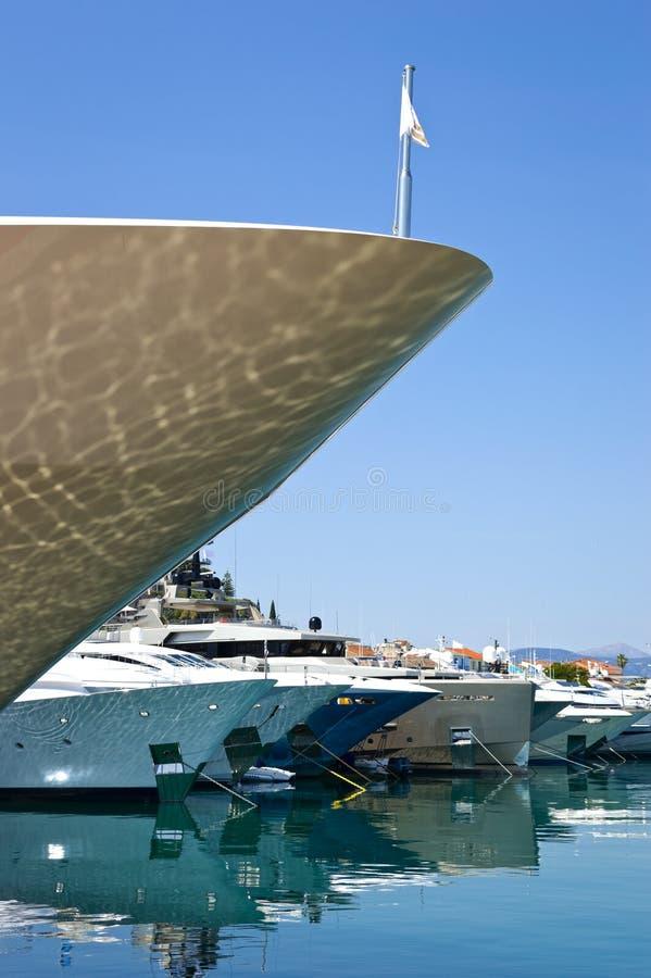 Rangées des yachts de luxe au dock de marina image stock