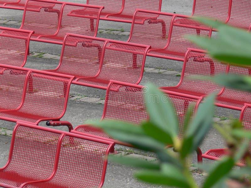 Rangées rouges de chaise en métal images libres de droits